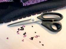 Når sømmen er presset med sømsmonnet til hver side klippes det hakk i med en god saks