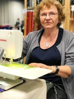 Kunstner og kursholder Susan Dahlberg tryller frem nydelige bilder av chiffon - det var hyggelig å endelig få møte henne