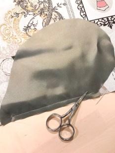 Stikklommene sys slik - legg lommeposen lette mot rette på bakstykket og sy mellom merkene i kanten. Klipp små hakk inn til sømmens start og slutt