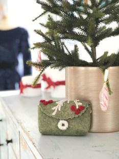 Et lite etui med plass til de aller nødvendigste sysakene - perfekt om du skal ut å reise i julen og vil ha noe håndarbeide med.