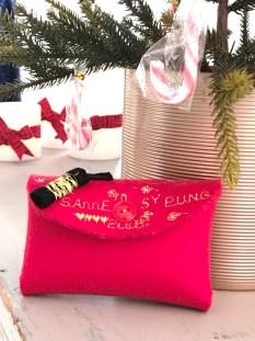 Så flott og festlig er Maise's lille pung - den røde fargen passer fint inn i det juledekorerte Syskolen