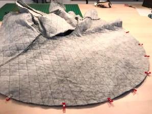 Underdelen er sydd på overdelen - bemerk at det er en åpning i ryggen som skal brukes til å vrenge jakken igjennom