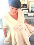 Med et par legg i siden så får kjolen en lekker drapert effekt, mens skjørtet ligger glatt over hoftene
