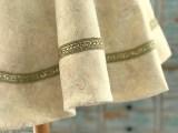 Båndet har nydelige detaljer - det er både krystaller og ornamenter som gir et ekstra festlig uttrykk