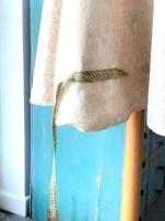 Kjolen har et helt rundtklippet skjørt og for å gjøre fald og oppleggningen til en enkel affære så valgte jeg å ha en skonering på baksiden. Båndet skjuler sømmen som skoneringen sys fast med så slipper jeg for å håndsy hele veien rundt