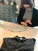 Alle deler er verdifulle så Andrea klipper skjortene fra hverandre med en stor porsjon tålmodighet