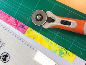 Du kan velge enten å skjære strimlene eller rive dem - om du bruker gamle skjorter er det enklere å skjære pluss at du får utnyttet delene bedre