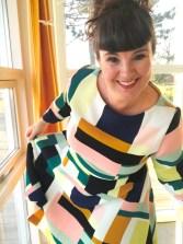 Jeg hadde opprinnelig valgt å ha den lille stående kragen på kjolen, men ombestemte meg og valgte i stedet å sy belegg. Belegget fikk en støttesøm på innsiden sammen med sømmonnet for å holde seg på plass.