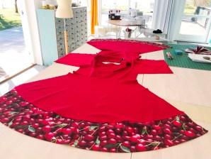 Kjolen er klar til å sys sammen - falden nede er allerede sydd noe som gjør det superenkelt å få en flott finnish. For flere detaljer se videoen om å sy fald