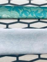 Kjolen har en foldet kant som går hele veien rundt halsringningen og som ender opp som belte. Forstykkene har også en kant som avslutning - kantene måler ca 3 cm ferdig bredde