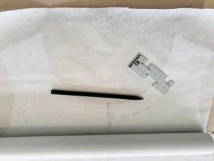 Her har jeg lagt forstykket under et nytt lag med mønsterpapir. Tegn av selve halsringningen ned til Midt Foran MF-markeringen.