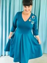 Wienerlegget gir kjolen en ekstra pift. Om du vil så kan et tyllskjørt fungere godt som underskjørt og gi kjolen en 50-talls følelese
