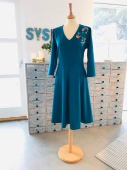 Kjolen er lekker i sin enkelhet - V-ringningen og det dype wienerlegget forsterker den feminine formen
