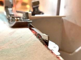 Et godt hjelpemiddel er å montere på en sømguide som hjelper å holde sømmonnet jevnt. Kjolen er klippet med 1 cm sømmonn og med sømguiden risikerer du ikke å skjære av for mye stoff