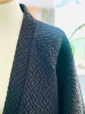 Elsker hvordan besetningen forsterker det minimaliske uttrykket for jakken