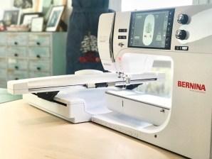 Juletreet er brodert på denne maskinen - jo lenger friarm, jo større broderi kan du brodere.