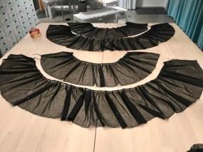Når du har rynkeapparatet montert på kan du også velge å rynke kappene som skal til skjørtet på kjolen. Her ser du skjørtets forstykke og bakstykke. Mine kapper m,åler ca 25 cm i høyden og den første kappe er stoffet bredde som er 150 cm. Neste kappe er 2 høyder av stoffets bredde. Alt ialt brukte jeg ca 1,5m stoff til skjørtet
