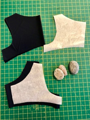 Underkjolen og belegget klippes i det samme elastiske stoffet. Skuldersømmene ble sydd på både kjolen og belegget