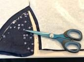 Jeg har en saks som er ganske god, men litt mørbanket. Denne brukte jeg til å klippe ut paljettstoffet med. Det kan være en utfordring å klippe stoffet med en papirsaks...