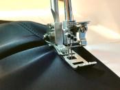 Coversømsmaskinen syr en pen og elastisk søm - min favoritt er den smale coversømmen som måler 2,5mm i bredden.
