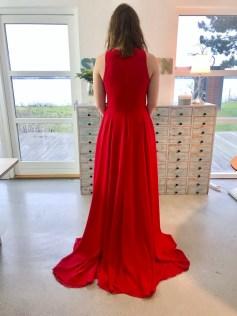 Jeg pleier ofte å ha glidelåsen i sidesømmen, men på denne kjolen er den i midt bak sømmen