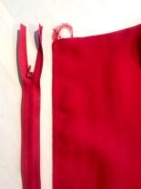 Den usynlige glidelåsen måler 60 cm - dette er 3-4 cm ekstra da glidelåsen sys fast på en annen måte enn den vanlige glidelåsen