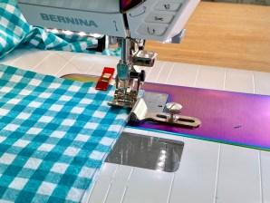 Kappene består av lange stoffbaner som sys sammen før de rynkes. En linjal skrudd fast til symaskinens friarm sørger for at rutene matcher perfekt