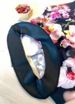 Legg kjolestoff og belegg rette mot rette i halsringningen