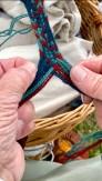 Dette båndet består av 15 tråder som på intrikat vis flettes inn mot midten