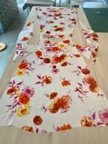 Dette bildet gir et fint overblikk over kjolen når skuldersømmen er sydd