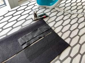 Knapphullene plasseres på den ene siden av løpegangen. Press på vlieseline for å styrke knapphullet. Husk å gjøre det for beggesider av løpegangen