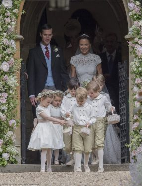4092E0B700000578-4525874-Both_the_bridesmaids_and_pageboys_were_handed_small_wicker_baske-a-19_1495322268564