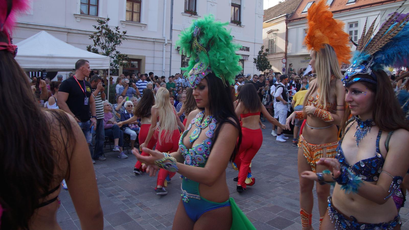 Szambatáncosokkal súlyosbított őrült jelmezes karnevál forgatja fel a pécsi  belvárost – Majd jött egy ritkán látott mértékű felhőszakadás - Szabad Pécs 866d6a8033