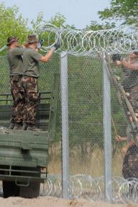 Mórahalom, 2015. július 18. Katonák NATO-drótot rögzítenek a kerítés tetejére az ideiglenes biztonsági határzár 175 méteres mórahalmi mintaszakaszán a magyar-szerb határon 2015. július 18-án. MTI Fotó: Kelemen Zoltán Gergely