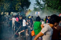 Horgos, 2015. szeptember 16. Rendõrök vízágyút vetnek be az õket a határ szerb oldaláról dobáló illegális bevándorlókkal szemben Horgos-Röszke határátkelõhelynél 2015. szeptember 16-án. MTI Fotó: Sóki Tamás