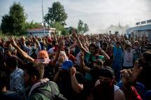 Horgos, 2015. szeptember 16. Tüntetõ migránsok a Horgos-Röszke határátkelõhely szerbiai oldalán 2015. szeptember 16-án. A magyar rendõrök könnygázt és vízágyút is bevetettek a határ magyar oldaláról az õket dobáló illegális bevándorlókkal szemben. MTI Fotó: Sóki Tamás