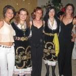 Görog népviselet és magyar lányok az esten
