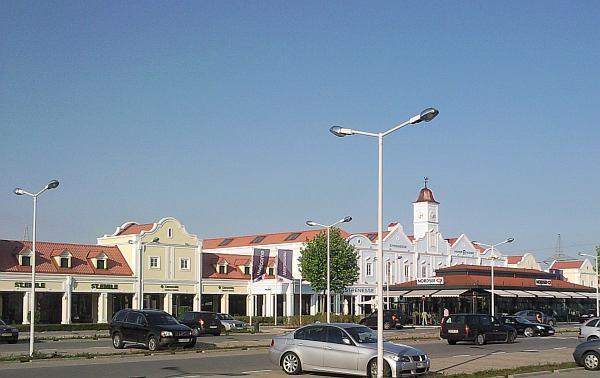 Parndorf Designer Outlet bevásárlóközpont parkoló és étterem