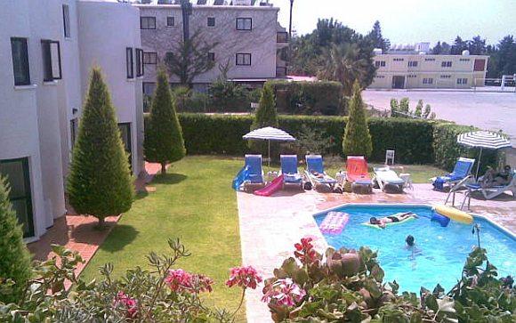 apartman szállás kilátás - medence az udvaron - Ciprus