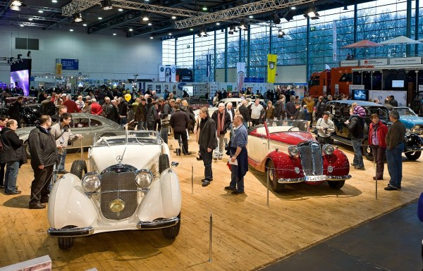 autókiállítás a kiállítási központban: Messe