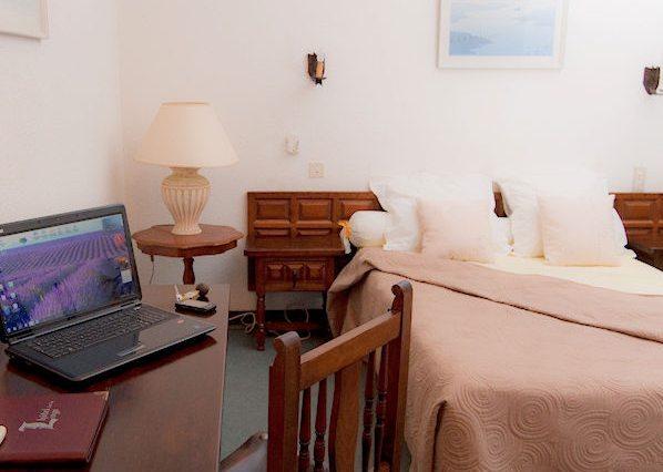 Perpignan Hotel-De-La-Loge-szoba - laptop számítógép Wifivel