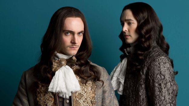 George Blagden jako Ludwik XIV i Alexander Vlahos jako Filip Orleański