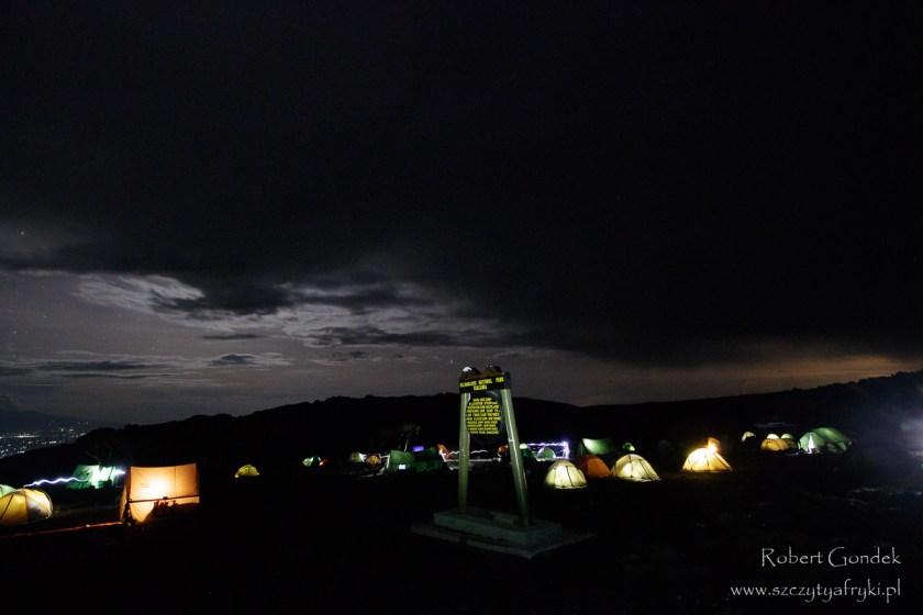Nocny widok na obóz Shira