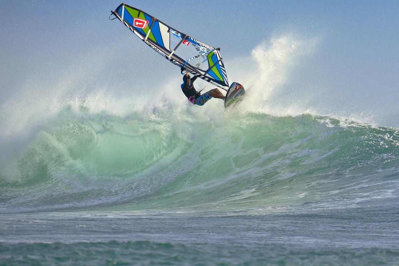 Co jest trudniejsze – kitesurfing czy windsurfing?