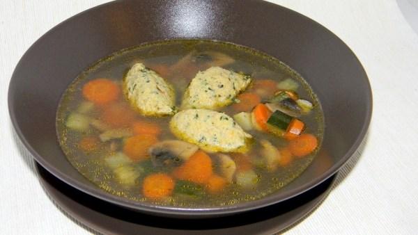 Tavaszi zöldségleves, medvehagymás csirkemell galuskával