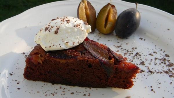 Fordított szilvás süti, csokis alappal, rumos tejszínhabbal