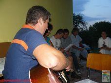 A Fakopáncs brigád egyik tagja a húrok pengetéséhez is ért. Így színesítette a közös éneklést
