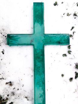 Szklany krzyż w kolorze morskim wytapiany w formie i szlifowany. 120 cm wysokości