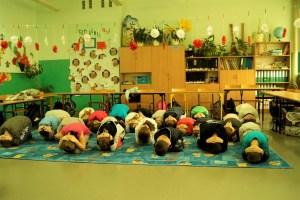 Dzieci ćwiczą pozycje żółwia.