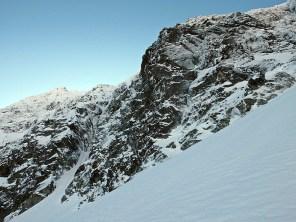 Trawers przez pola śnieżne do podstawy ściany